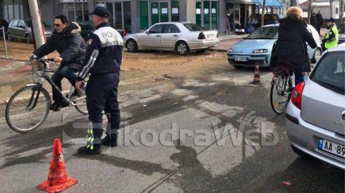 MINUTA E FUNDIT/ Përplasen dy automjete, dy pasagjerët dërgohen përfundojnë në spital…