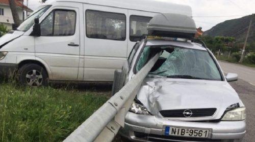 """FOTO/ Pamje të frikshme, trafikndarësja çan mes për mes makinën """"Benz"""" dhe…"""