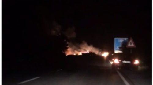 VIDEO/ Shfaqet një zjarr i madh në rrugën Lezhë- Laç, gjithçka afër një karburanti…