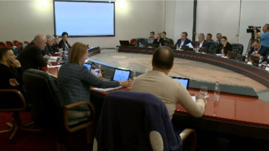 VIDEO/ Lëkundje toke edhe gjatë mbledhjes së qeverisë, shikoni reagimin e ministrit që po fliste…