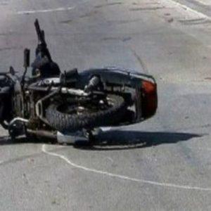 Makina përplaset me motorçikletën, ndërron jetë rrugës për në spital drejtuesi i motorit…