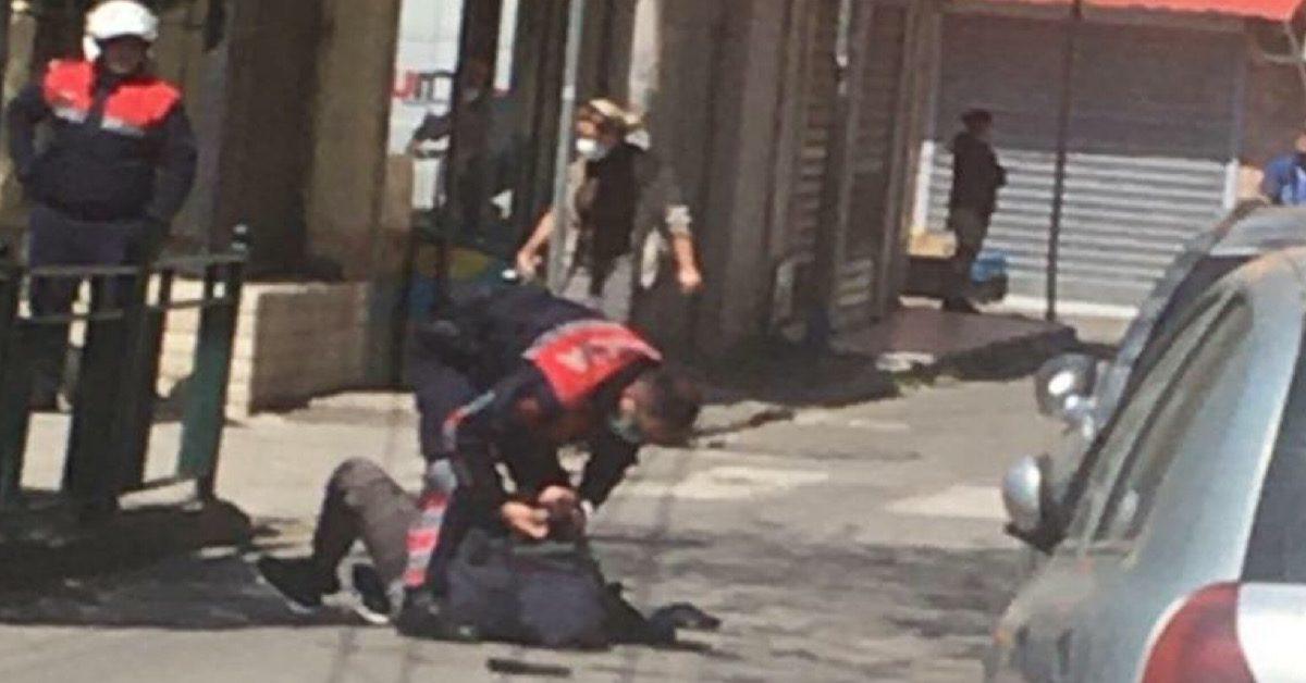 FOTOLAJM – Kërcënoi me pistoletë policin që i kërkoi leje- daljen, pamjet e momentit të arrestimit të të riut me precedentë (emri)