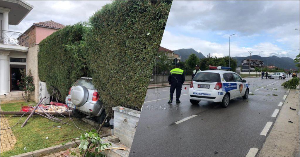 FOTO – Dy makina përplasen me njëra- tjetrën, fuoristrada futet në oborrin e një lokali…