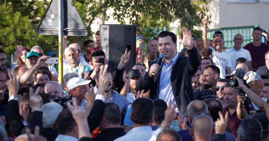 """VIDEO – """"Ramavirusi rreziku me i madh për shqiptarët"""", Basha takim me qytetarët: Rama po téntón tu mbyll gojën…"""