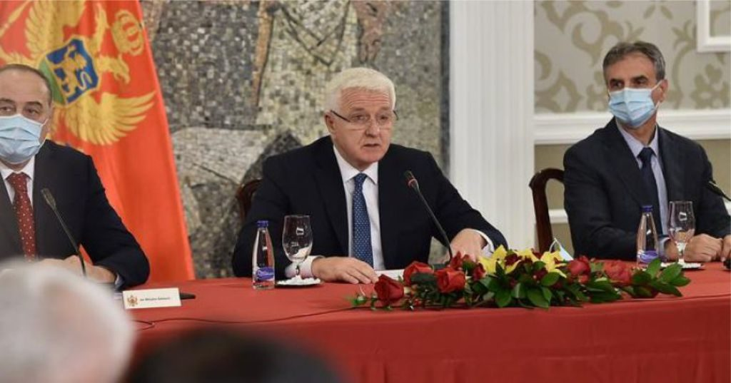 Vendi i fundit në Europë që u prek dhe i pari që shpall fitoren ndaj virusit, kryeministri i Malit të Zi heq maskën…