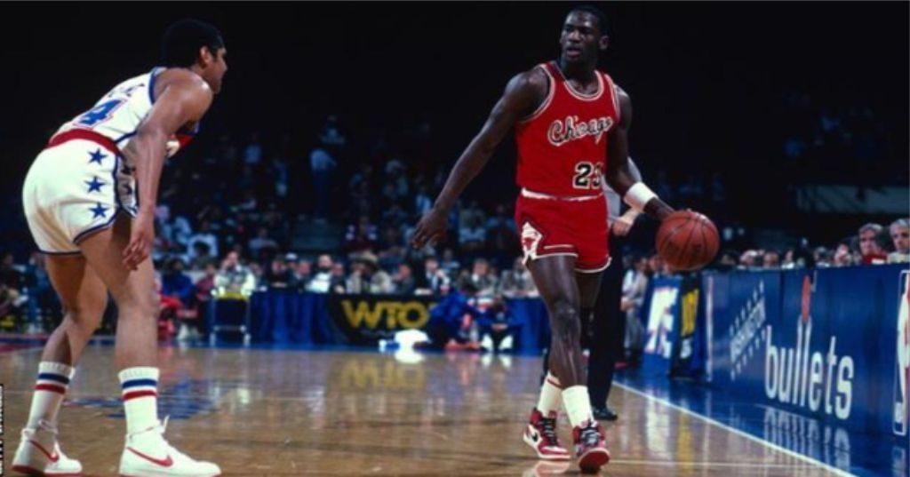 """REKORDI – Një palë atlete 35 vjeçare u shitën 560 mijë dollarë, shtrenjtë por ishit të…Majk """"Air"""" Jordan…"""