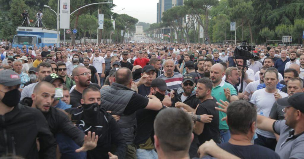 VIDEO – Policia identifikon dhe kap provokatorin që hodhi shashkë në mitingun e Aleancës për Teatrin (emri+foto)