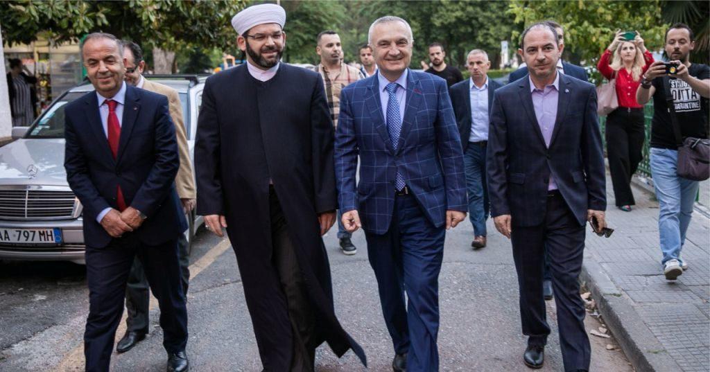"""VIDEO – """"Shkodra simbol i harmonisë e bashkëjetesës"""", Presidenti Meta takim me Myftiun Sytari në Natën e Kadrit"""