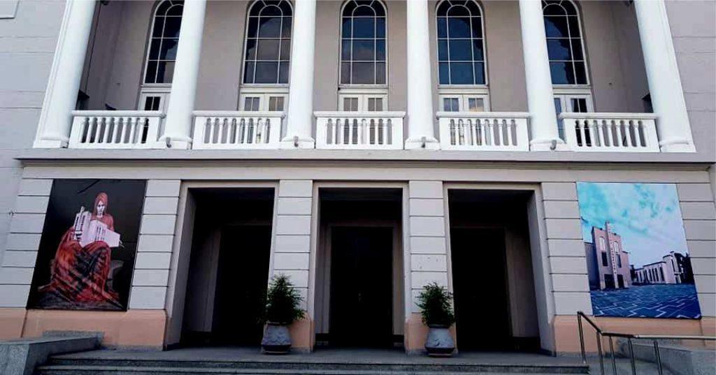 """FOTOLAJM – Teatri """"Migjeni"""" me gjetjen fantastike për Teatrin Kombëtar, """"Rrno për me tregue"""" me Roza Gjugja Anagnosti"""