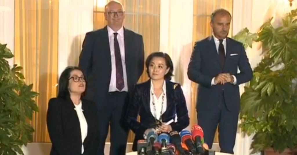 """VIDEO – """"Kemi një marrëveshje"""", ambasadorja Kim jep lajmin për Reformën Zgjedhore: Merita të veçanta partisë në pushtet"""