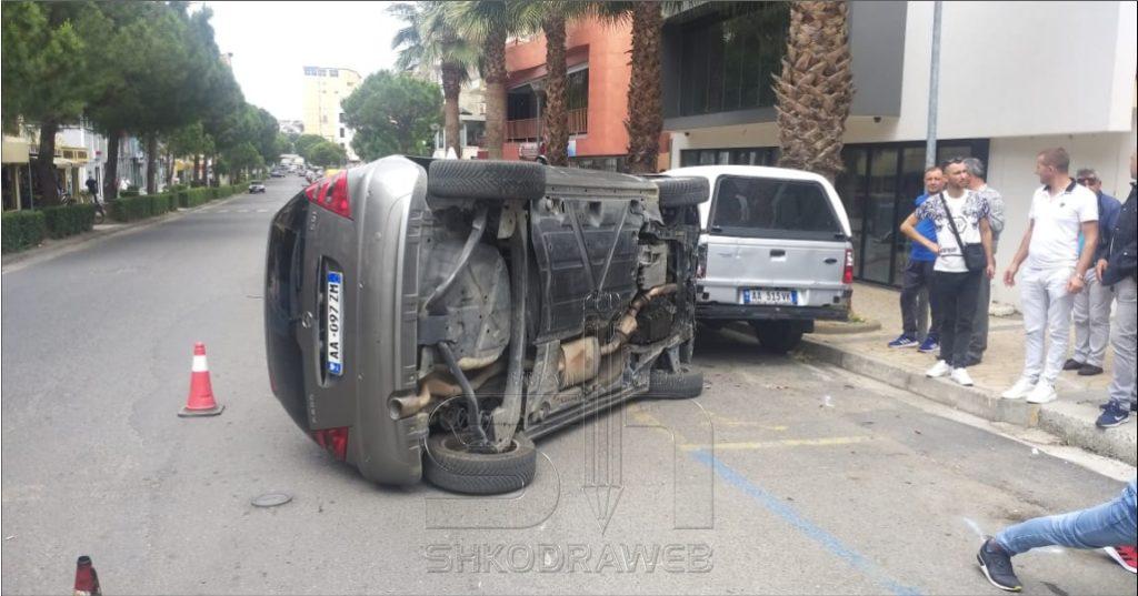 FOTO – Panik në mes të qytetit, makina përmbyset në bulevard dhe tre persona me dëmtime përfundojnë në spital
