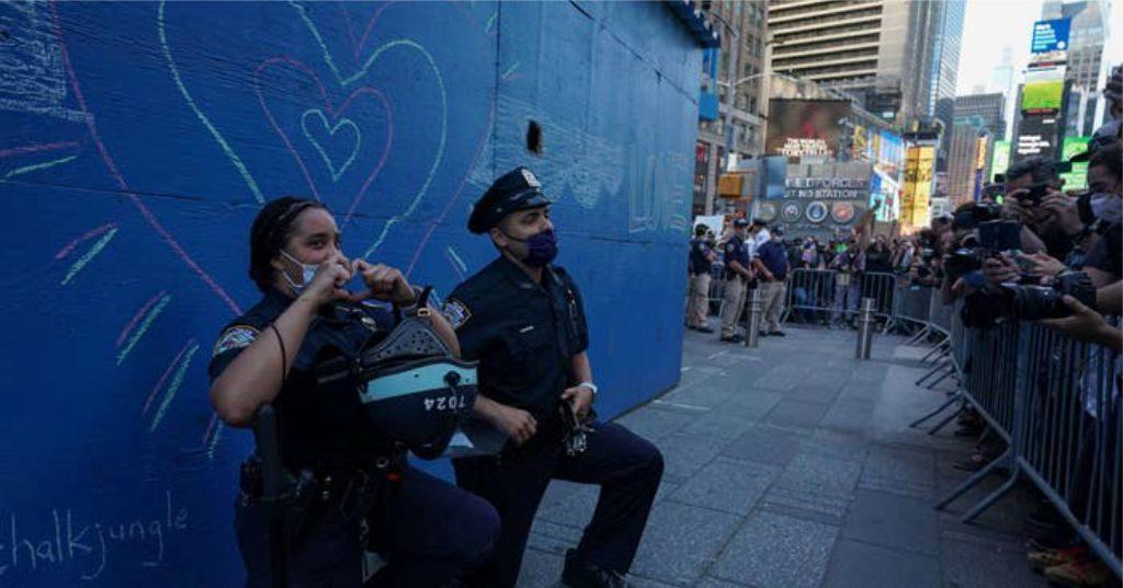 NDODH NË SHBA – Policët ulen në gjunjë para prótèstuesve në shenjë solidariteti për vrásjèn e George Floyd